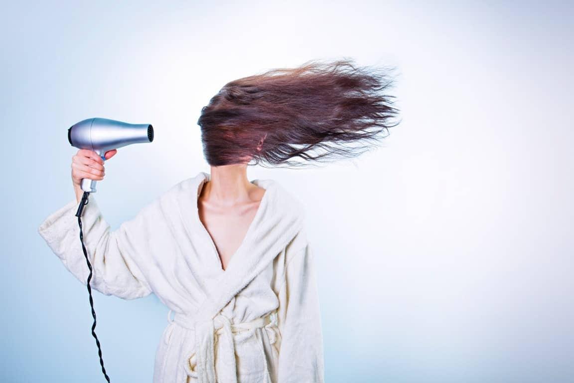 Μην παραλείψετε να εφαρμόσετε στα μαλλιά σας ένα προϊόν θερμοπροστασίας, καθώς είναι το Α και το Ω ώστε η τρίχα να μη χάσει όλη την υγρασία της από την θερμότητα.