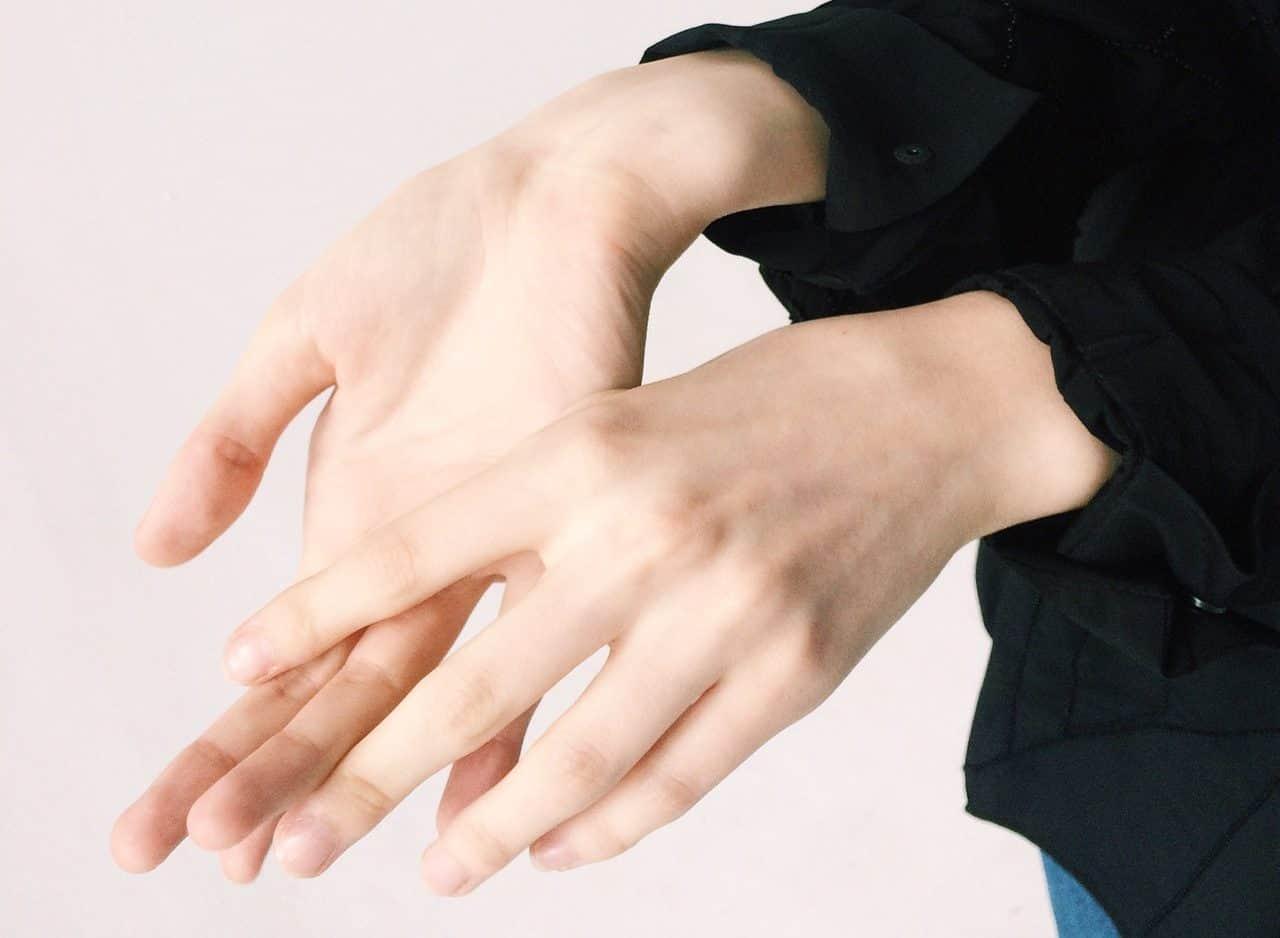 Η σταδιακή καταστροφή των νεύρων οδηγεί στην αδυναμία των άκρων, το μούδιασμα, την απώλεια ισορροπίας και τους μυϊκούς σπασμούς.