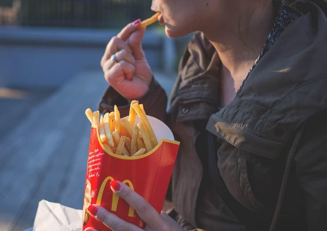 Οι τροφές που προκαλούν εθισμό έχουν συνήθως υψηλή περιεκτικότητα σε ζάχαρη, λίπος ή και τα δύο.