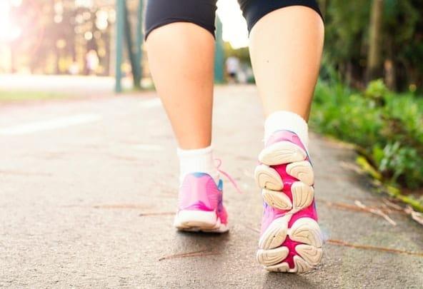 Το περπάτημα είναι μια αερόβια άσκηση που αυξάνει την ροή του οξυγόνου στην κυκλοφορία του αίματος και συμβάλλει στην εκπαίδευση των πνευμόνων σας καθώς και στην εξάλειψη των τοξινών και των αποβλήτων.