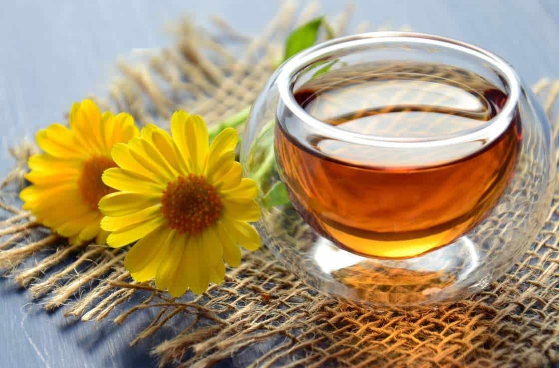 Πλούσιο σε υδατάνθρακες, ιχνοστοιχεία, πρωτεΐνες, αμινοξέα, ένζυμα και βιταμίνες του συμπλέγματος B, το μέλι αποτελεί πηγή ενέργειας, αναζωογόνησης και τόνωσης του οργανισμού, ενώ παράλληλα θεωρείται ένα από τα καλύτερα αντιβακτηριδιακά της φύσης.