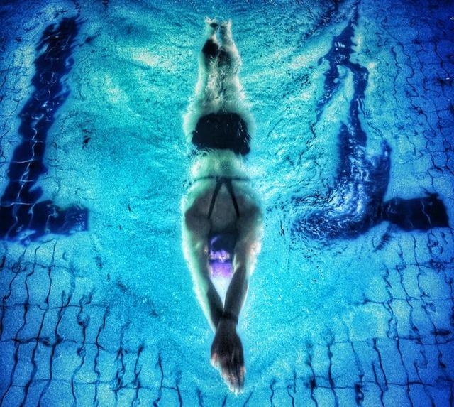 Με το νερό να υποστηρίζει το σωματικό βάρος σας, το κολύμπι είναι ένας πολύ καλός τρόπος για τον καθένα να αθληθεί χωρίς να ασκήσει πίεση στις αρθρώσεις του.
