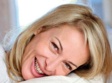 Ο συνδυασμός απώλειας οιστρογόνων και περίσσιας ανδρογόνων, ευθύνεται και για την τριχόπτωση στην εμμηνόπαυση.
