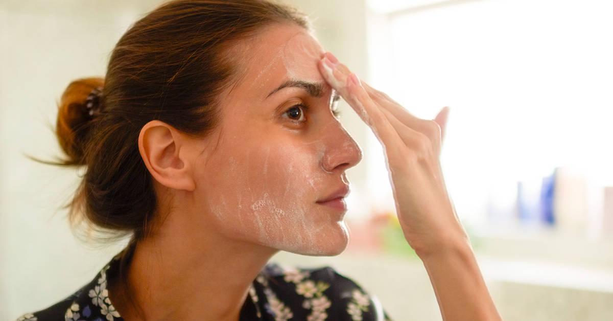 Για ολοκληρωμένη περιποίηση του δέρματος, χρησιμοποιείται μια φορά την εβδομάδα peeling προσώπου.