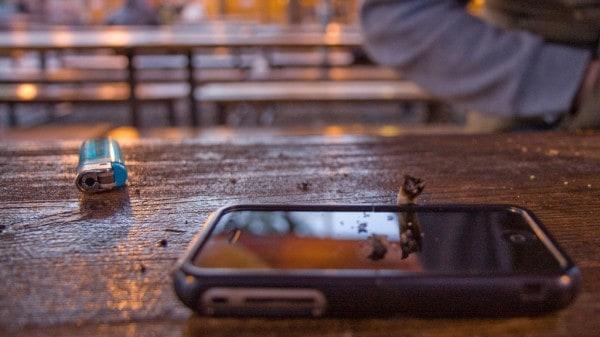 Συνεχώς αγγίζετε το κινητό σας τηλέφωνο, από χέρι σε χέρι, το ακουμπάτε σε διάφορες επιφάνειες, το βάζετε στην τσέπη σας, στην τσάντα σας, κ.λπ.