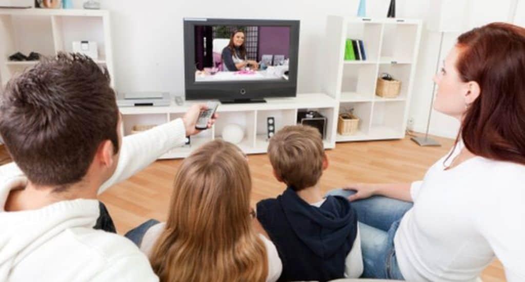 Τα παιδιά μπορούν, φυσικά, να παρακολουθήσουν τηλεόραση, αλλά είναι καλύτερα αυτό να γίνει το απόγευμα.