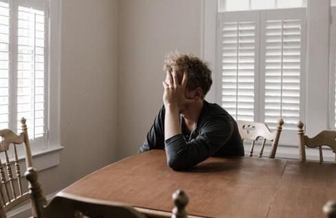 Όταν υπολειτουργεί ο θυρεοειδής αδένας είναι πιθανό να αισθάνεστε κουρασμένοι, να παίρνετε κιλά χωρίς να το καταλαβαίνετε και να έχετε πόνους στους μυς.