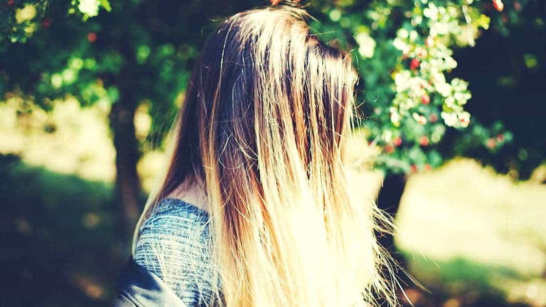 Φυσικά, υπάρχουν πολλές εξειδικευμένες θεραπείες για τα «γερασμένα» μαλλιά.