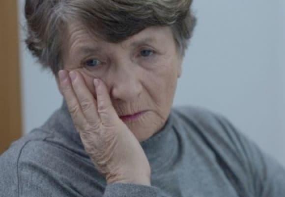 Ένα από τα συμπτώματα που μαρτυρούν κατάθλιψη στους ηλικιωμένους είναι η παραμέληση της σωματικής υγιεινής