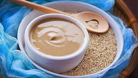 Το ταχίνι συνιστά μια από τις πιο διαδεδομένες υπερτροφές και αποτελεί μέρος της μεσογειακής διατροφής ενώ χρησιμοποιείται επίσης ευρέως στα παράλια της Αφρικής και στην Ασία.