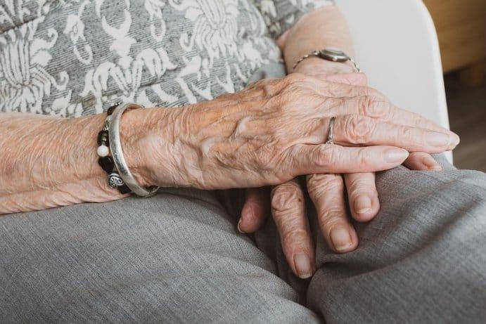 Παρ΄ όλο που η κατάθλιψη και η θλίψη πάνε συνήθως χέρι-χέρι, αρκετοί ηλικιωμένοι με κατάθλιψη δεν μπορούν να κατανοήσουν ότι αισθάνονται θλίψη