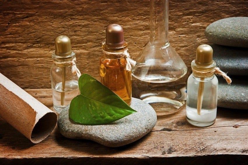 Το αιθέριο έλαιο Ylang Ylang βοηθά στην ομαλοποίηση της αρτηριακής πίεσης, μειώνει την ένταση στο σώμα και βοηθά στην εξισορρόπηση των ορμονών.