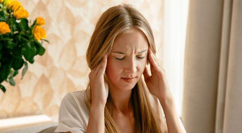 Σε ορισμένα άτομα, η ένταση των εμβοών μπορεί να αλλάξει με τις κινήσεις του ώμου, της κεφαλής, της γλώσσας, του σαγονιού (ιδίως σφίξιμο), ή τις κινήσεις των ματιών.
