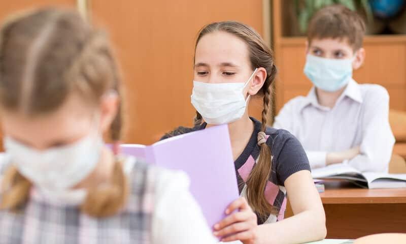 Σύμφωνα με την κρίση του θεράποντος ιατρού, εφόσον ο μαθητής εμφανίζει συμπτώματα συμβατά με λοίμωξη COVID- 19, θα πρέπει να γίνει κατά προτεραιότητα το μοριακό διαγνωστικό τεστ.