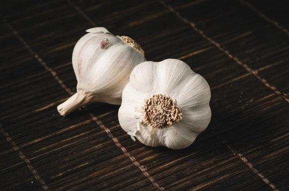 Το σκόρδο είναι ένα υπέροχο υλικό που μπορεί να καταναλωθεί για να καθαρίσει τους πνεύμονές σας μετά το κάπνισμα και να τους καθαρίσει.