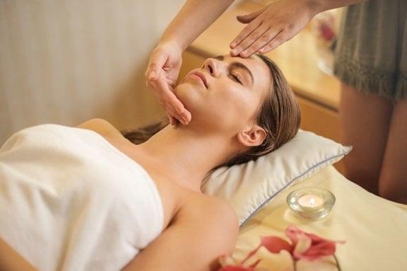 Οι συνεχείς μαλάξεις στο σώμα βοηθούν στην καλύτερη κυκλοφορία του αίματος στους μυς και τους καθαρίζουν από τις άχρηστες ουσίες που συσσωρεύονται από την υπερβολική εργασία ή ένταση.