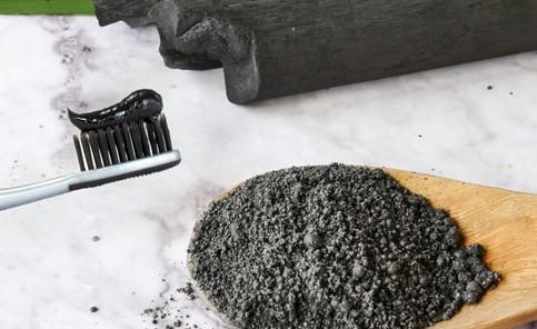 Ο ενεργός άνθρακας είναι ένα από τα δημοφιλέστερα προϊόντα στην ρουτίνα ομορφιάς της σύγχρονης γυναίκας.