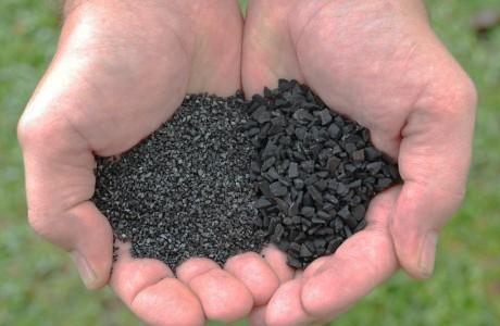Ο ενεργός άνθρακας είναι οάνθρακας που έχει εμπλουτιστεί με οξυγόνο και έτσι«έλκει» τη σκόνη, τους ρύπους, το σμήγμα και κάθε είδους υπολείμματα που κάθονται πάνω στο δέρμα, τα μαλλιά αλλά και τα δόντια.