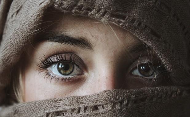 Η έλλειψη ύπνου μπορεί να προκαλέσει πρήξιμο στις μικρές φλέβες κάτω από τα μάτια, με αποτέλεσμα να πάρουν μια μοβ απόχρωση.