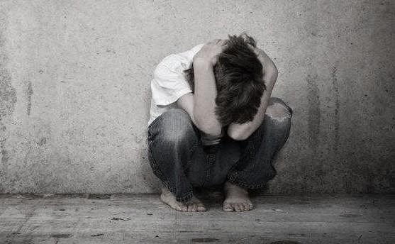 Τα πολύ νεαρά και ηλικιωμένα άτομα που υφίστανται σημαντικά τραύματα φαίνεται πως είναι ιδιαίτερα επιρρεπή σε μετατραυματικό άγχος.