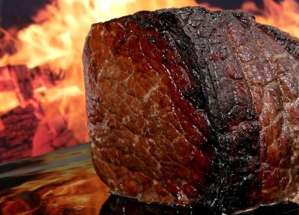 Η υψηλή πρόσληψη επεξεργασμένου κρέατος σχετίζεται με μεγαλύτερο κίνδυνο για καρκίνο του εντέρου, σύμφωνα με τον ΠΟΥ.