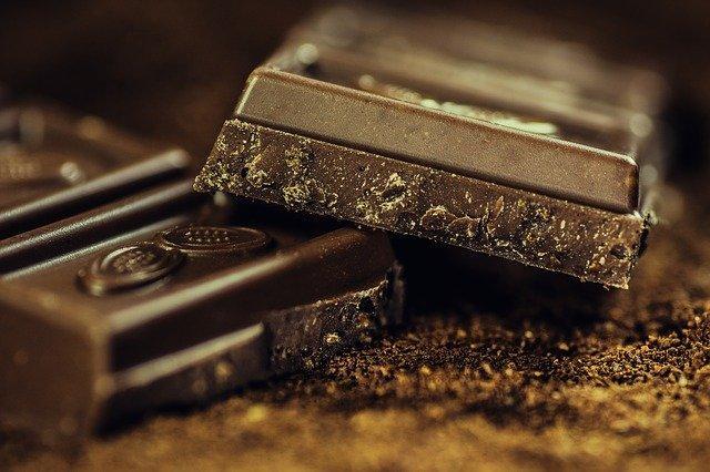 Μελέτες έδειξαν ότι η τακτική κατανάλωση μαύρης σοκολάτας μειώνει τον κίνδυνο καρδιακών παθήσεων κατά 57%.