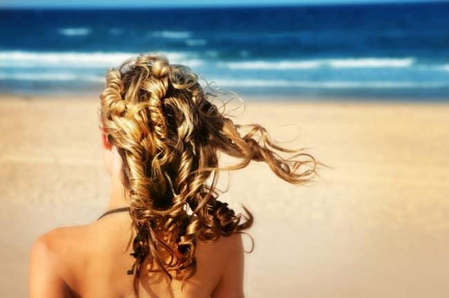 Για να αποφύγουμε την αφυδάτωση και την ξηρότητα στα μαλλιά, επιλέγουμε ειδικό αντηλιακό λάδι ή σπρέι για βαθιά θρέψη.