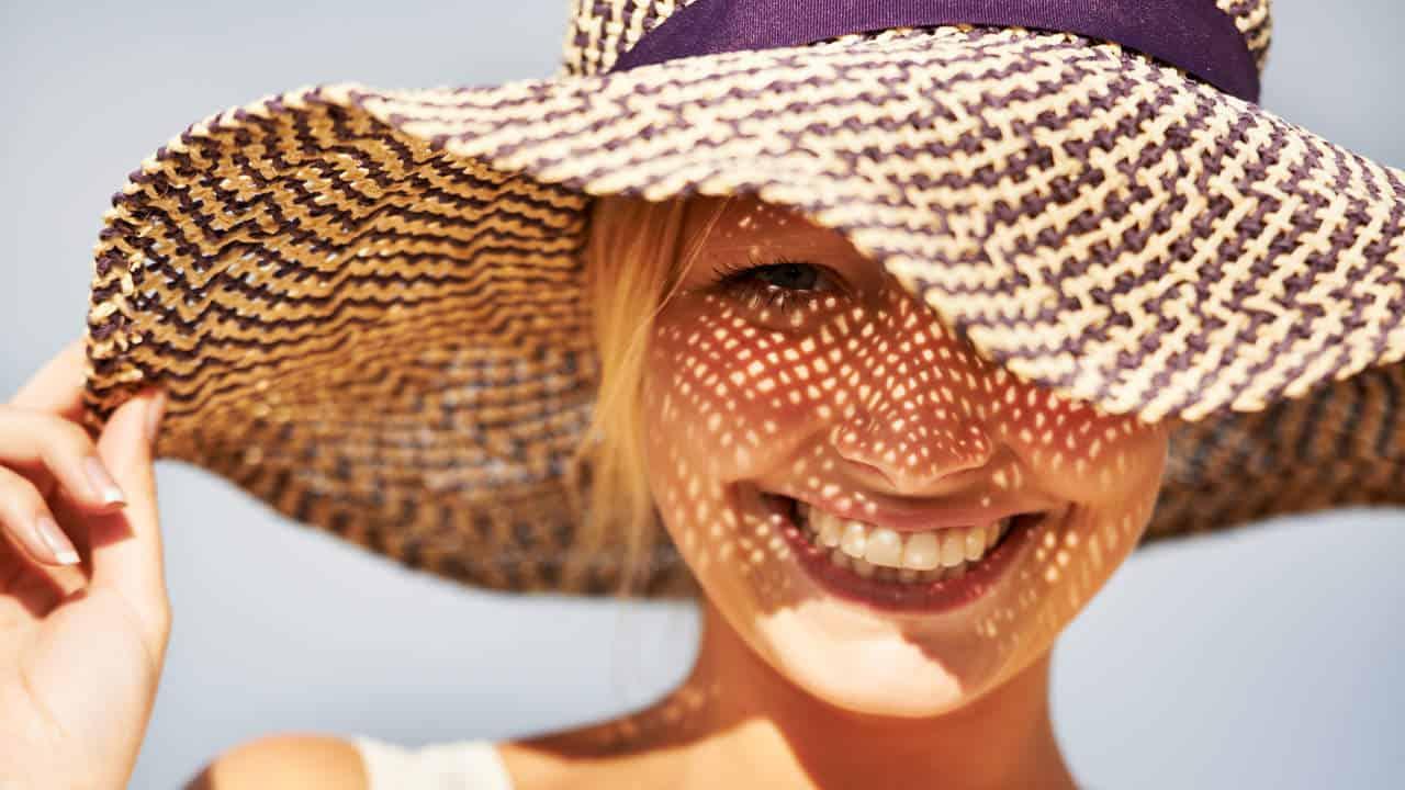 Η θάλασσα, ο ήλιος και η ζέστη μπορούν να προκαλέσουν φθορά στην τρίχα με συνέπεια να χάσει την λάμψη και την υγιή της όψη.