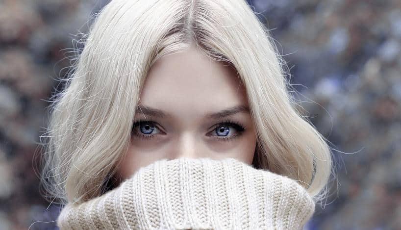 Οι γυναίκες με ανοιχτόχρωμο δέρμα και ξανθά μαλλιά παράγουν λιγότερη μελανίνη.