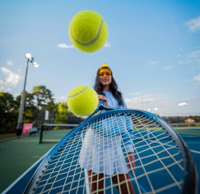 Εκτός από αγαπημένο χόμπι, το τένις έχει ευεργετικά οφέλη για την υγεία καθώς γυμνάζει ολόκληρο το σώμα ενώ παράλληλα είναι ένα ευχάριστο άθλημα που βελτιώνει και τη διάθεση.