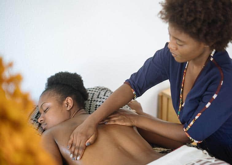 Το σημαντικότερο σύμπτωμα της δισκοπάθειας είναι ο έντονος πόνος στη μέση ή στον αυχένα.