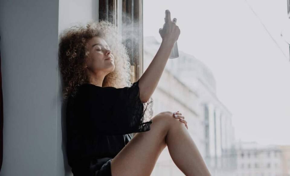 Το σπρέι προσώπου είναι ένα καλλυντικό που όλες οι γυναίκες έχουν συνδέσει με τους καλοκαιρινούς μήνες και με το ότι χαρίζει δροσιά στην επιδερμίδα μέσα στον καύσωνα.