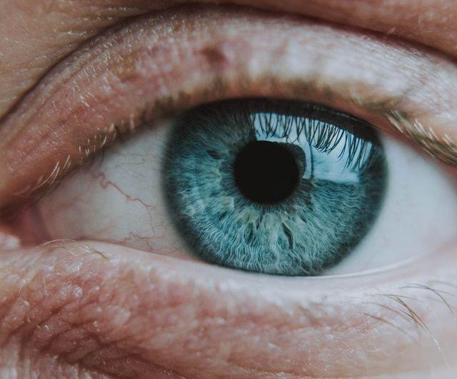 Τυπικά συμπτώματα των αλλεργιών είναι το κοκκίνισμα, η φαγούρα και η ευαισθησία των ματιών.