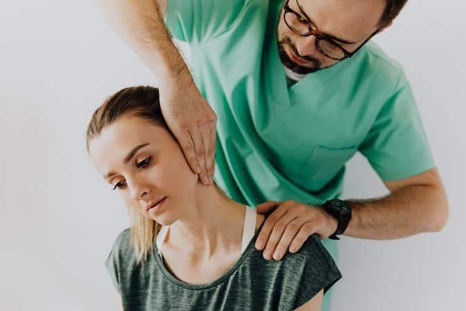 Στην ψύξη ωφελεί πολύ η φυσικοθεραπεία με διαθερµίες, υπέρηχους και χειροµαλάξεις.