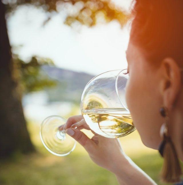 Το να πίνετε ένα ποτό μια φορά στο τόσο, φυσικά δεν πρόκειται να φθείρει το δέρμα σας, ωστόσο εάν το παρακάνετε μάλλον θα δείτε σημάδια φθοράς στην επιδερμίδα σας.