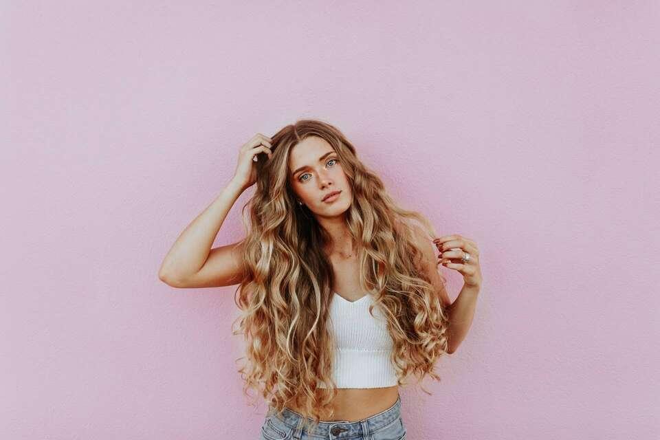 Τα μαλλιά μυρίζουν πιο άσχημα επειδή κρατούν το κρανίο ζεστό και η ζέστη αυτή βοηθά τα βακτήρια να αναπτυχθούν πιο εύκολα.