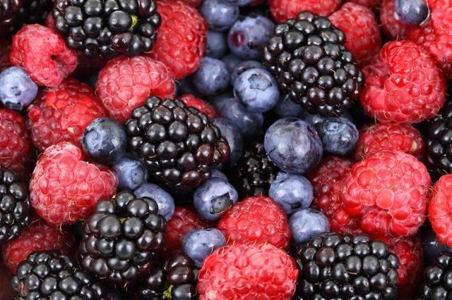 Τα βατόμουρα, τα μύρτιλα και οι φράουλες είναι φρούτα πλούσια σε αντιοξειδωτικές ουσίες.