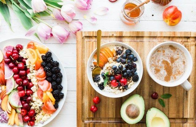 Το βασικό πλεονέκτημα της βρόμης είναι πως περιέχει μια διαλυτή ίνα, τη βήτα γλυκάνη, που δεσμεύει τη διατροφική χοληστερόλη και μειώνει την απορρόφησή της.