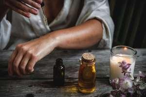 Το έλαιο τεϊόδεντρου ή αλλιώς το tea tree oil είναι γνωστό για τις αντισηπτικές του ιδιότητες.