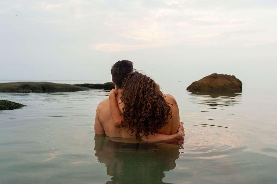 Αν δοθεί η κατάλληλη προσοχή, τότε μπορεί και οι δύο να ευχαριστηθούν το σεξ ακόμα και μέσα στο νερό.
