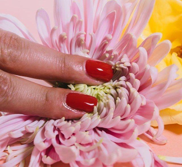 Όταν βάζετε κρέμα χεριών, φροντίστε να ενυδατώνετε καλά τα πετσάκια και τα νύχια, τρίβοντας τα σημεία αυτά.