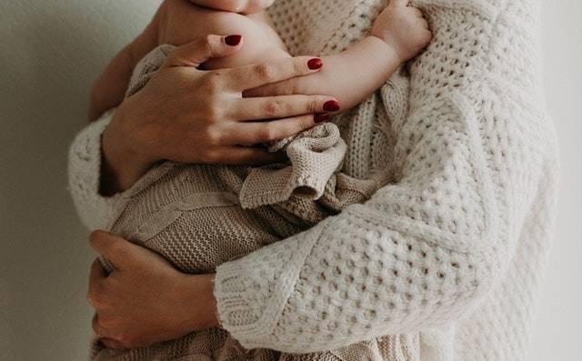 Η πτώση του επιπέδου των ορμονών μετά τη γέννα μπορεί να οδηγήσει σε ψυχολογικές μεταπτώσεις.