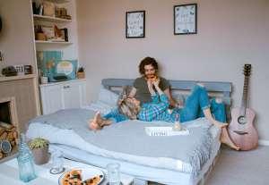 Το να κοιμάται ένα ζευγάρι σε χωριστά κρεβάτια δε θεωρείται καλό για τη σχέση ή τον γάμο τους.