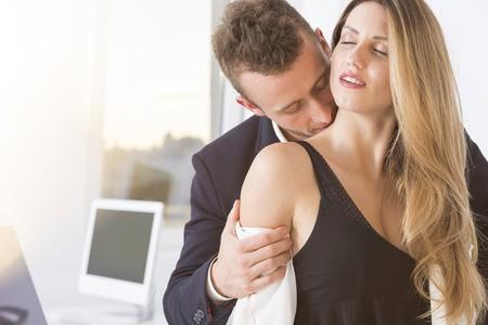 Εάν επιλέξετε το... γραφείο σας, καλό είναι να εφαρμόσετε τις ερωτικές σας περιπτύξεις κατά τη διάρκεια του διαλείμματος ή σε ώρες όπου το υπόλοιπο προσωπικό ή οι συνάδελφοι δεν θα σας ενοχλήσουν.