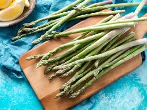 Τα σπαράγγια ή όπως λέγονται επιστημονικά Asparagus officinalis, είναι ένα λαχανικό με λίγες θερμίδες, πολλά ωφέλιμα συστατικά, βιταμίνες, μέταλλα και αντιοξειδωτικά.