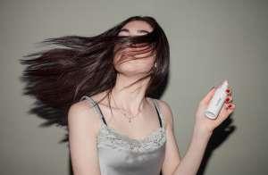 Τα λαμπερά μαλλιά εξαρτώνται από την καλή ενυδάτωση και από την υγεία της τρίχας.