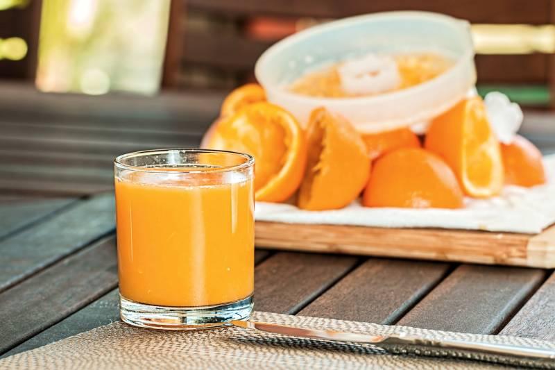 Οι βασικές ανάγκες της βιταμίνης C μπορεί να καλύπτονται από έναν φρέσκο χυμό πορτοκάλι.