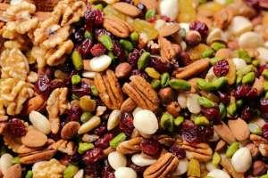 Οι ξηροί καρποί είναι υγιεινοί ιδιαίτερα όταν καταναλώνονται ωμοί.