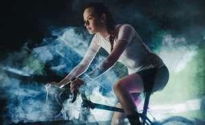Το Spinning είναι μία πολύ δημοφιλής μορφή αερόβιας άσκησης που την προτιμούν πολλές γυναίκες αλλά και αρκετοί άντρες.
