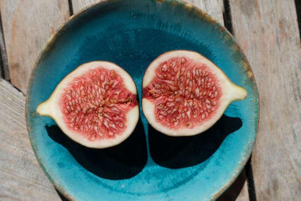 Τα σύκα είναι από τα αγαπημένα φρούτα του καλοκαιριού.